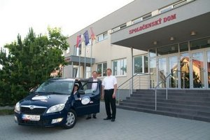 Senior taxi v Záhorskej Bystrici. Službu zriadila mestská časť v spolupráci s farou a občiansky združením Bystrický prameň.