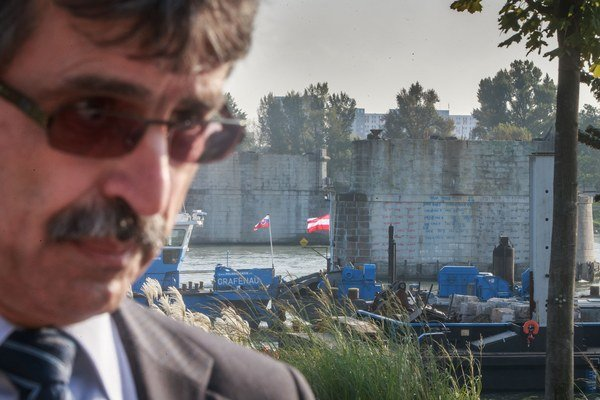 Primátor Milan Ftáčnik (nezávislý s podporou Smeru) pri pilieroch Starého mosta.