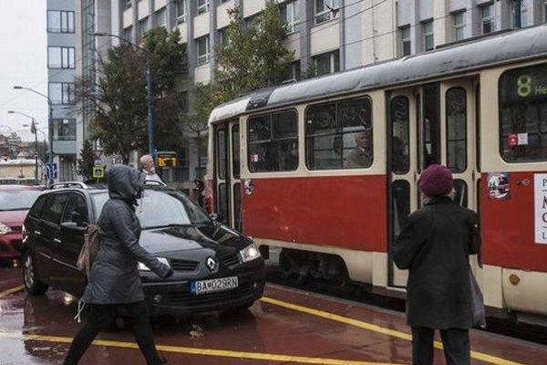 Červená so žltými pásmi – trochu cesta a trochu zastávka. Prednosť majú cestujúci, autá nestoja.