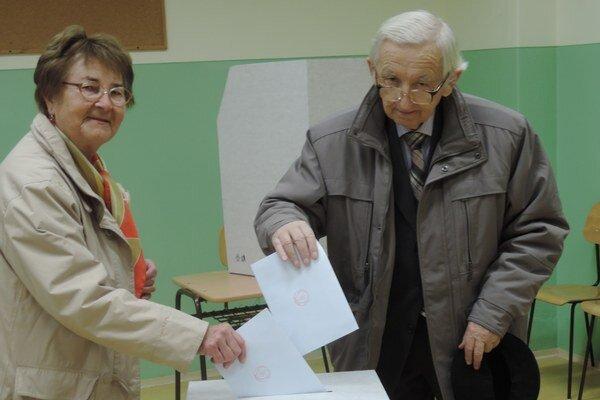 Obyvatelia volia dnes 15. novembra od rána 7,00 do večera 20,00.