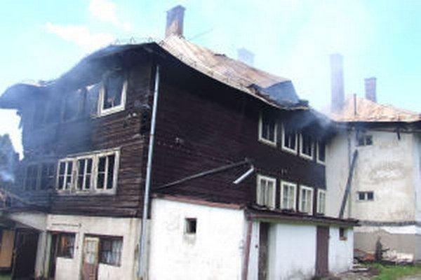 Chata je po požiari značne poškodená.