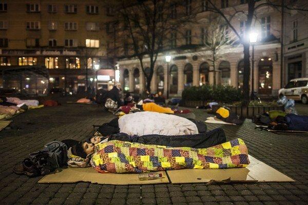 Takto spali ľudia vonku pre Starou tržnicou aj minulý rok.