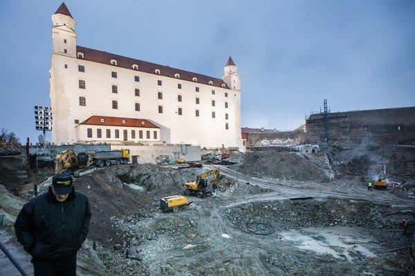Na severnej terase hradu je stavebný ruch.