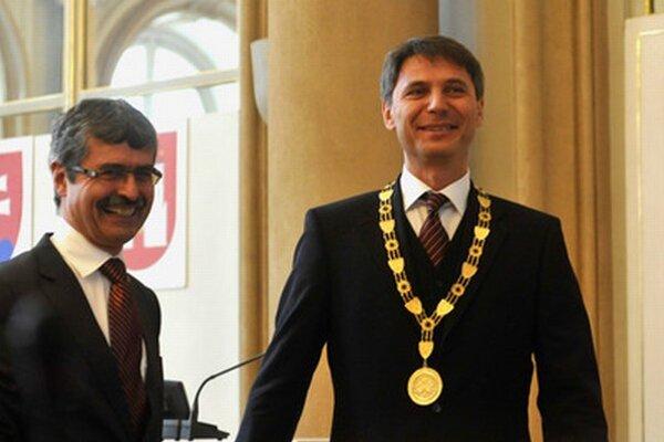Novozvolený primátor Ivo Nesrovnal a jeho predchodca Milan Ftáčnik.