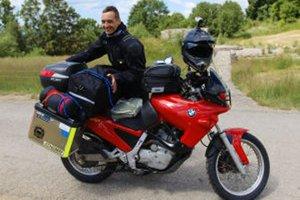 Fotoreportér a jeho motorka - spolu na ceste.