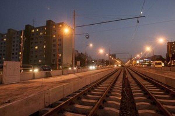 Ťažké autá vozili materiál na opravu trate v Dúbravke.