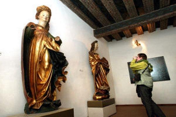 Najvzácnejšie exponáty Galérie Jozefa Kollára - dve neskorogotické drevené plastiky zobrazujúce sv. Barboru a sv. Katarínu.