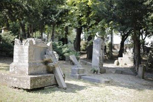 Historický bratislavský cintorín Kozia brána je kultúrnou pamiatkou. Nemá ho kto opraviť.