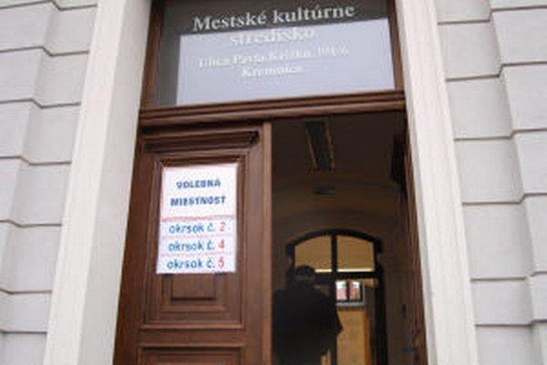 V Kremnici majú na prízemí jednej budovy tri volebné miestnosti.