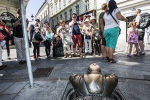 """""""Bratislava je lacné mesto,"""" hovorí Mateusz, 24ročný poľský turista na návšteve Bratislavy so svojou priateľkou Gabrielou."""