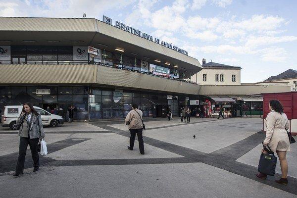 Chodníky pred Hlavnou stanicou dostali nový povrch.