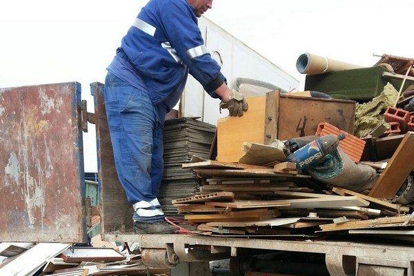 Robotníci vykladali karcinogénny azbest.