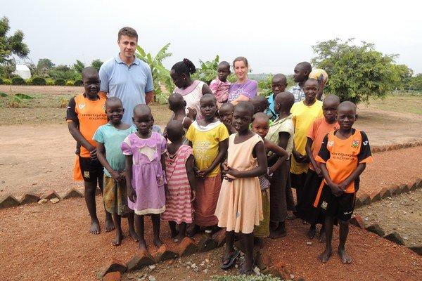 V Ugandskom centre býva dvadsať dievčat s AIDS. Radovan Gumulák (vľavo)na dvore centra.