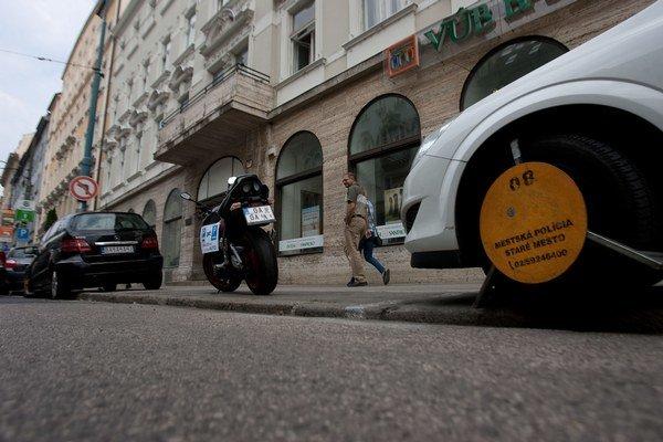 Autá podľa Cyklokoalície bránia chodcom riadne užívať chodníky.