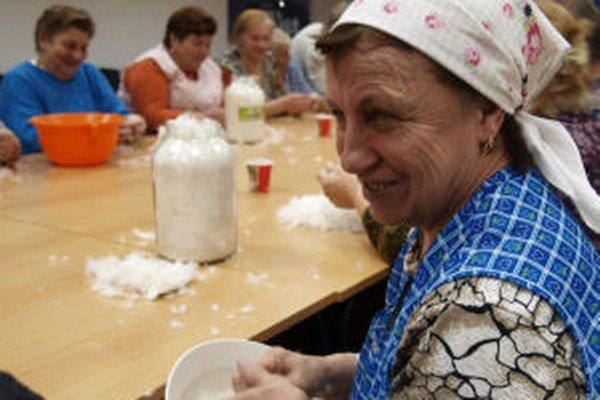 Vo Veľkej Lehote sa na páračkách stretlo asi päťdesiat žien.
