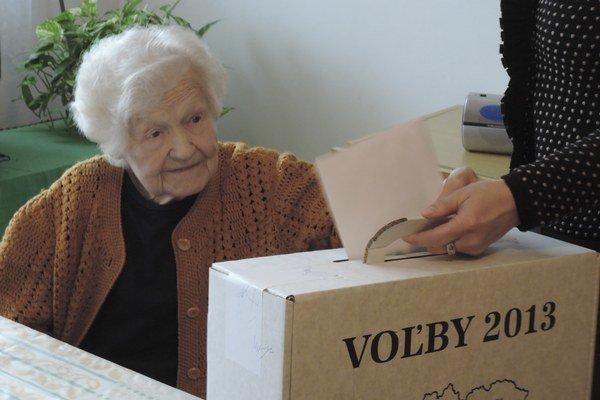 Klientka Domova seniorov Lamač volí prostredníctvom prenosnej volebnej urny.