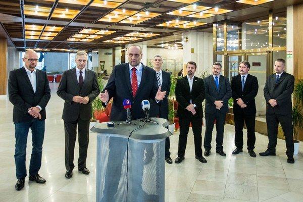 Pavol Frešo a jeho široká koalícia. Druhý sprava je Gyula Bárdos.