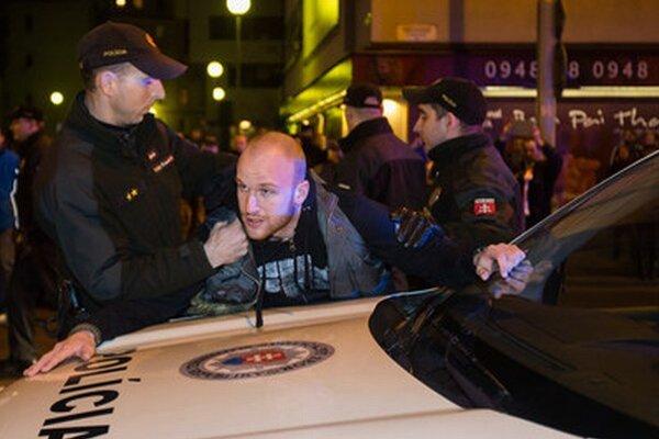 Policajti museli predviesť ľudí aj pri proteste minulý piatok.