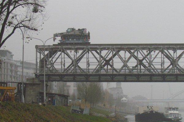 Konštrukcia Starého mosta mizne.