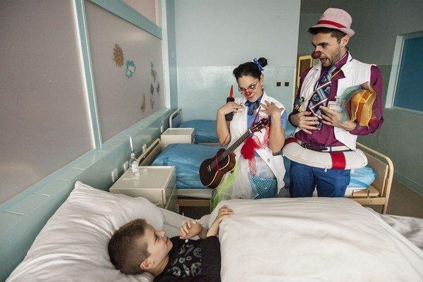 Doktor Špageta a sestrička Pištíková vyšetrujú pacienta.