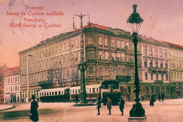 Električka smerujúca do Viedne pri hoteli Savoy - dnešný Carlton, okolo roku 1915.