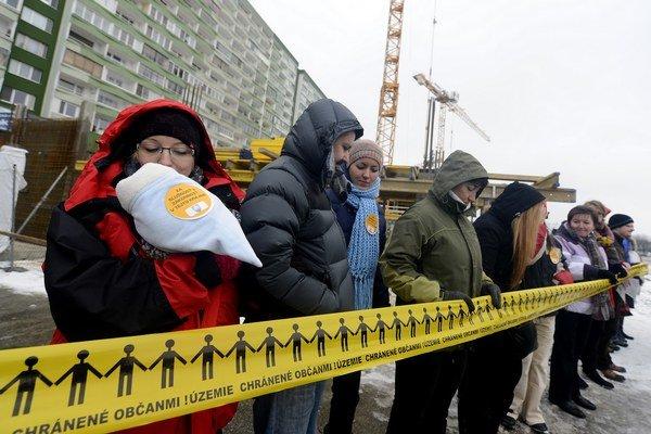 Obyvatelia vytvorili na protest živú reťaz.