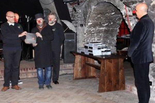 "Kremnické divadlo v podzemí vydalo knihu. ""Zobral si ju"" historik Daniel Kianička (s klobúkom na hlave)."