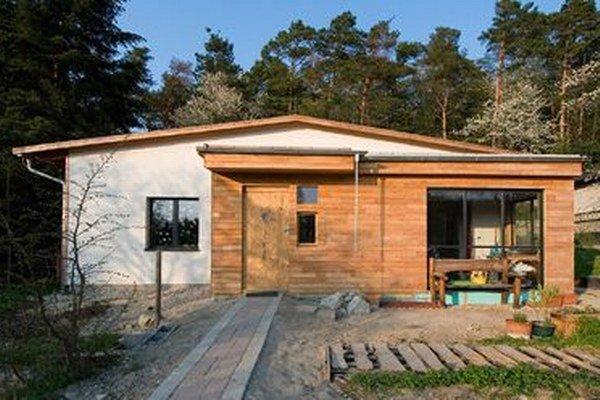 Dom z dreva a nepálených tehál má zelenú strechu a nízkoenergetický štandard.