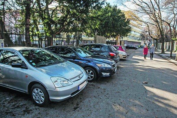Autá, ktoré v piatok parkovali na mieste bývalých stánkov.