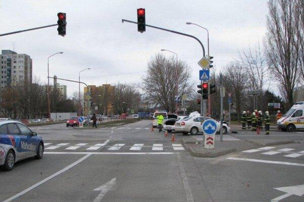 Nehoda sa stala predpoludním na svetelnej križovatke Romanova a Kutlíkova v bratislavskej Petržalke.