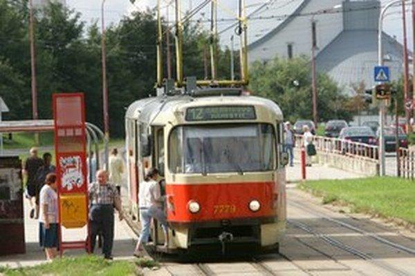 Pomalá jazda električky kvôli zlému stavu trate či nastaveniu semaforov stojí peniaze navyše.