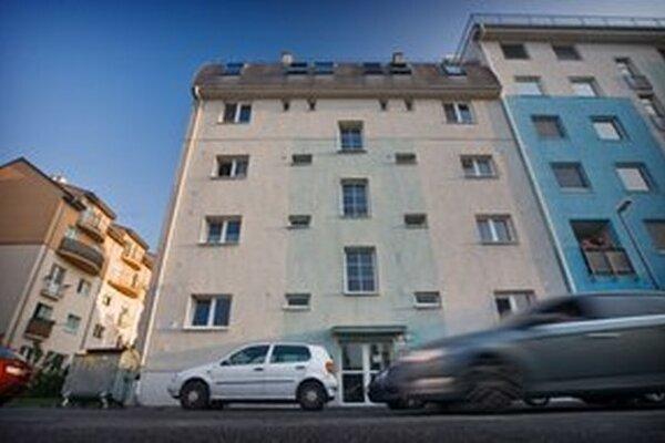 Dom, kde žili s mŕtvym dieťaťom, je v pokojnej štvrti Bratislavy.