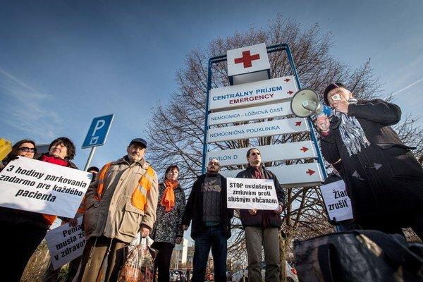 Proti parkovaniu pred nemocnicami minulý rok protestovali občania a aktivisti.
