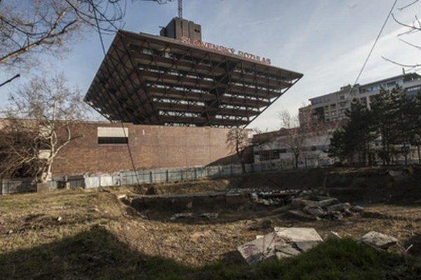 Bývalý park pri rozhlase je dnes zanedbaný oplotený pozemok.