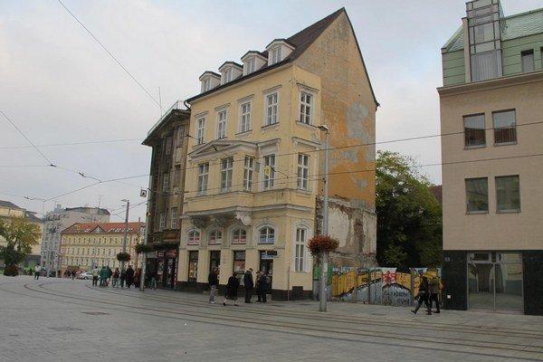 Podobných prieluk a nevyužitých priestorov je Bratislava plná.