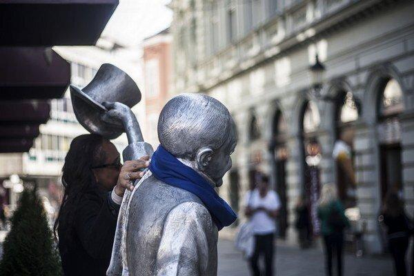 Na autizmus upozornili aj nenápadnými modrými šálmi, ktoré dostali viaceré sochy v centre mesta.