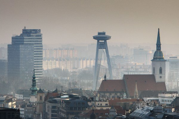 Most SNP (v strede) je jednou z dominánt Bratislavy.
