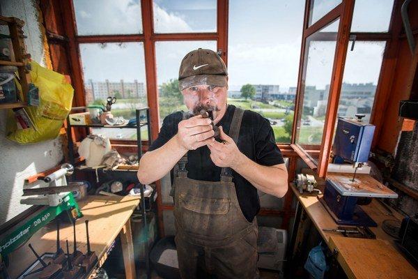 Patrik Slažanský vo svojej balkónovej dielni.