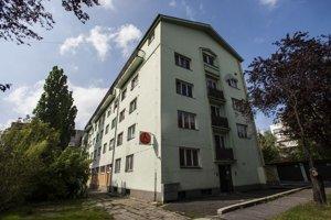 Bytovka na ulici Pri habánskom mlyne, ktorá v minulosti patrila štátnemu podniku Priemstav.