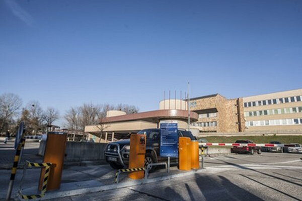 Za parkovanie pred nemocnicou Antolská už netreba platiť. Parkovné však naďalej platíte v parkovacom dome.