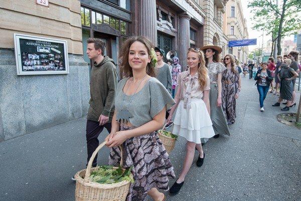 Modelkami sa stali aj známe tváre, napríklad herečka Kristína Svarinská.