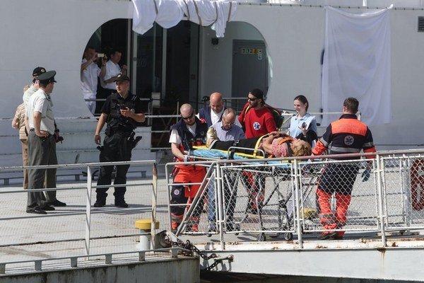 Niektorých zranených z havárie výletnej lode na Dunaji previezli do nemocnice.