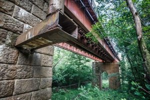 Po Červenom moste, ktorý vedie ponad Železnú studienku, prešiel prvý vlak v roku 1848.