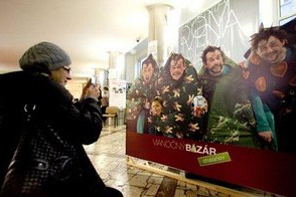 Herci Jakab, Kemka, Latinák a Miezga sú na bazári prítomní aj osobne, nie len na plagáte.