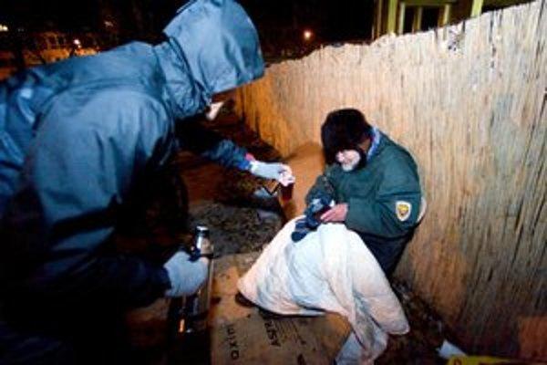 O bezdomovcov sa v zime často musia starať dobrovoľníci.