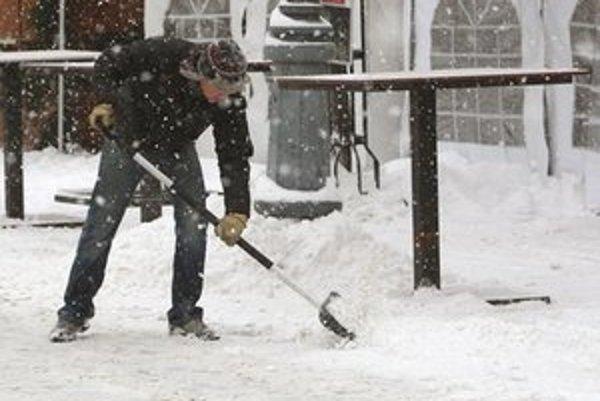 Povinnosťou je čistiť chodníky a zbavovať ich námrazy počas dňa kedykoľvek, keď je to akútne potrebné.