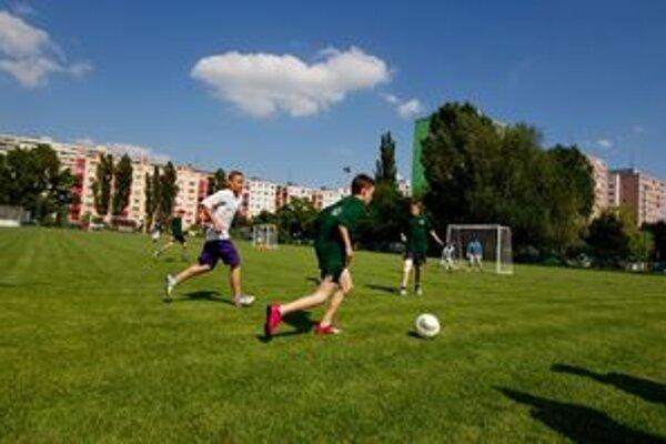 Futbal medzi panelákmi.