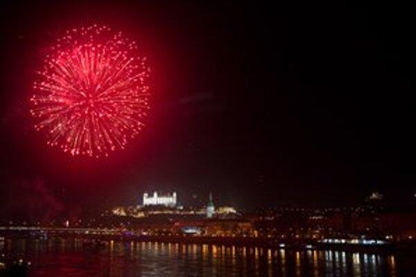Ohňostroj bude tento rok z Bratislavského hradu, pripomenúť má 20 rokov samostatného Slovenska.