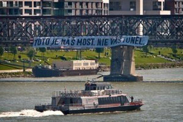 Proti mostu bez súťaže protestovali aj obyvatelia.