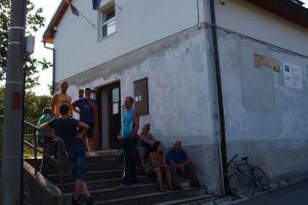 Takto sa obyvatelia Lúčok schádzali krátko pred hlasovaním svojich poslancov v utorok (6.8.)